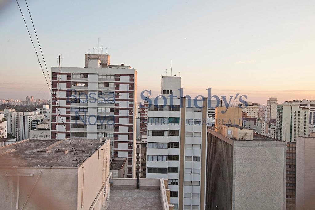 Amplo apartamento no Jardim Paulista para ser modernizado.
