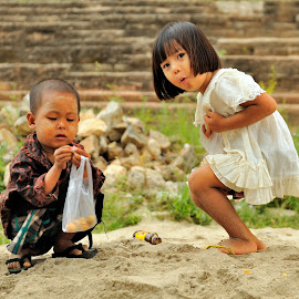 Play by Tomasz Budziak - Babies & Children Child Portraits ( myanmar, children portraits, asia, children )