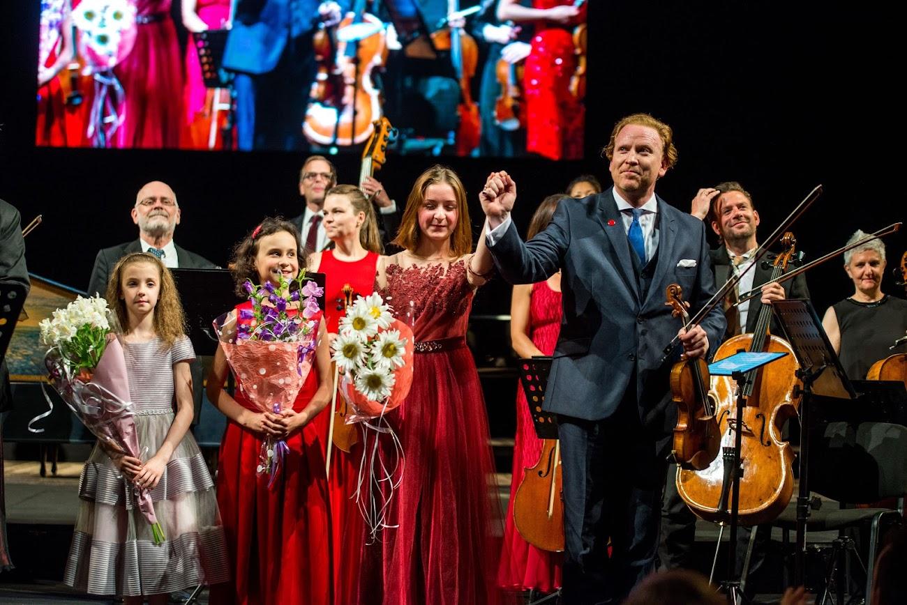 Знаменитый британский скрипач любит играть для детей и восхищен юными украинскими скрипачками