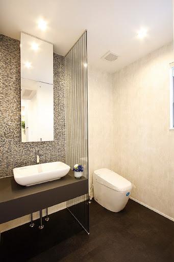 2階:洗面スペース付きトイレは広々とした空間に