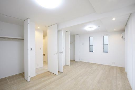 1階:床材は天然無垢突板仕上げ。各居室収納スペース有。