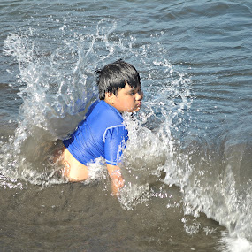 Kid against the wave by Ron de Jesus - People Street & Candids