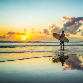 Live in peace ..  by Rqserra Henrique - Landscapes Beaches ( clouds, dawn, surfer, natal, rqserra, beach, morning, reflexes )