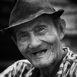 I'm Old But I'm Happy by Bayu Saptika - People Portraits of Men ( market, happy, jakarta, traditional, old man, smile )