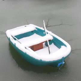 UN BATEAU PRIT PAR LA GLACE ! by CECILE MATTI - Transportation Boats ( etang, bateaux, hiver, neige, gel, lac, glace,  )