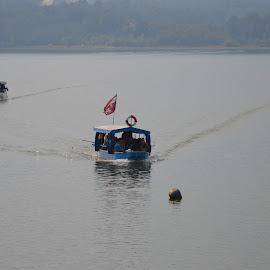 Prevoze se ljudi u čamcu by Drago Ilisinovic - Digital Art People