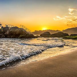Sunrise in Cabeçudas Beach by Rqserra Henrique - Landscapes Sunsets & Sunrises ( water, brazil, dawn, rqserra, wave, beach, sunrise, landscape )