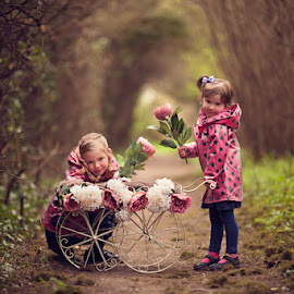 Amelia & Bella by Claire Conybeare - Chinchilla Photography - Babies & Children Child Portraits