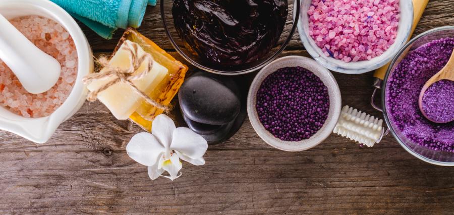 Para reduzir o lixo de banheiro, opte por esfoliantes naturais, sabão e shampoos em barra