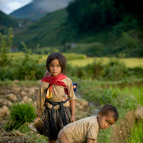 Looking for foods by Dan Pham - Babies & Children Children Candids ( burden, food, care, poor, childrens,  )