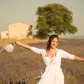 Giulia nella lavanda by Mauro Amoroso - People Portraits of Women ( provence, lavanda, france, valensole )