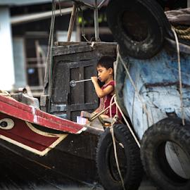 Child playing . Mekong delta,Vietnam by Enzo Minchella - Babies & Children Child Portraits ( bubble, children, game, boat, river )