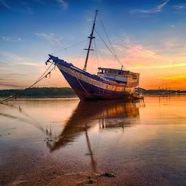 .:: stranded ::. by Setyawan B. Prasodjo - Transportation Boats