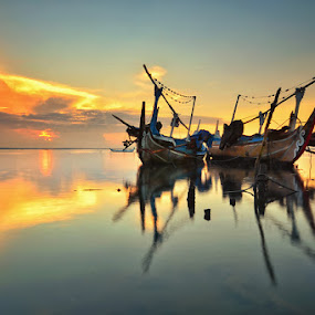 Sunrise in Tuban by Hendri Suhandi - Landscapes Sunsets & Sunrises ( bali, reflection, sunset, silhouette, sunrise, boat )