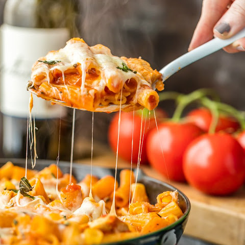 Chicken Parmesan Pasta Skillet (ONLY 6 INGREDIENTS!)