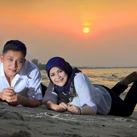love in the sunsets by Arifin Pane - People Couples ( love, sunset, couple, beach, sun,  )