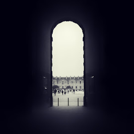 Not intentionally by Shahriar  Zayyani - Instagram & Mobile Android ( amazing, b/w, blackandwhite, paris, louvre, arch, silhouette, bw, france, architecture )
