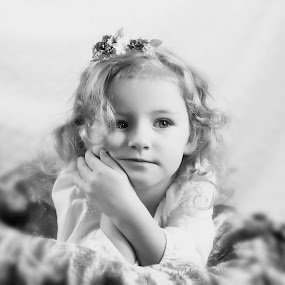 innocent child by Julie Wetherell - Babies & Children Child Portraits ( girl., child, sweet, thoughtful, pretty, portrait, eyes )