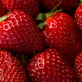 fraises by Olivier Tabary - Food & Drink Fruits & Vegetables ( fruit, rouge, pwcfruit, déssert, salade fruit )
