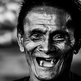 Toothless by Marc Anderson - Black & White Portraits & People ( street scene, homeless, street life, manila, street photography, street scenes )