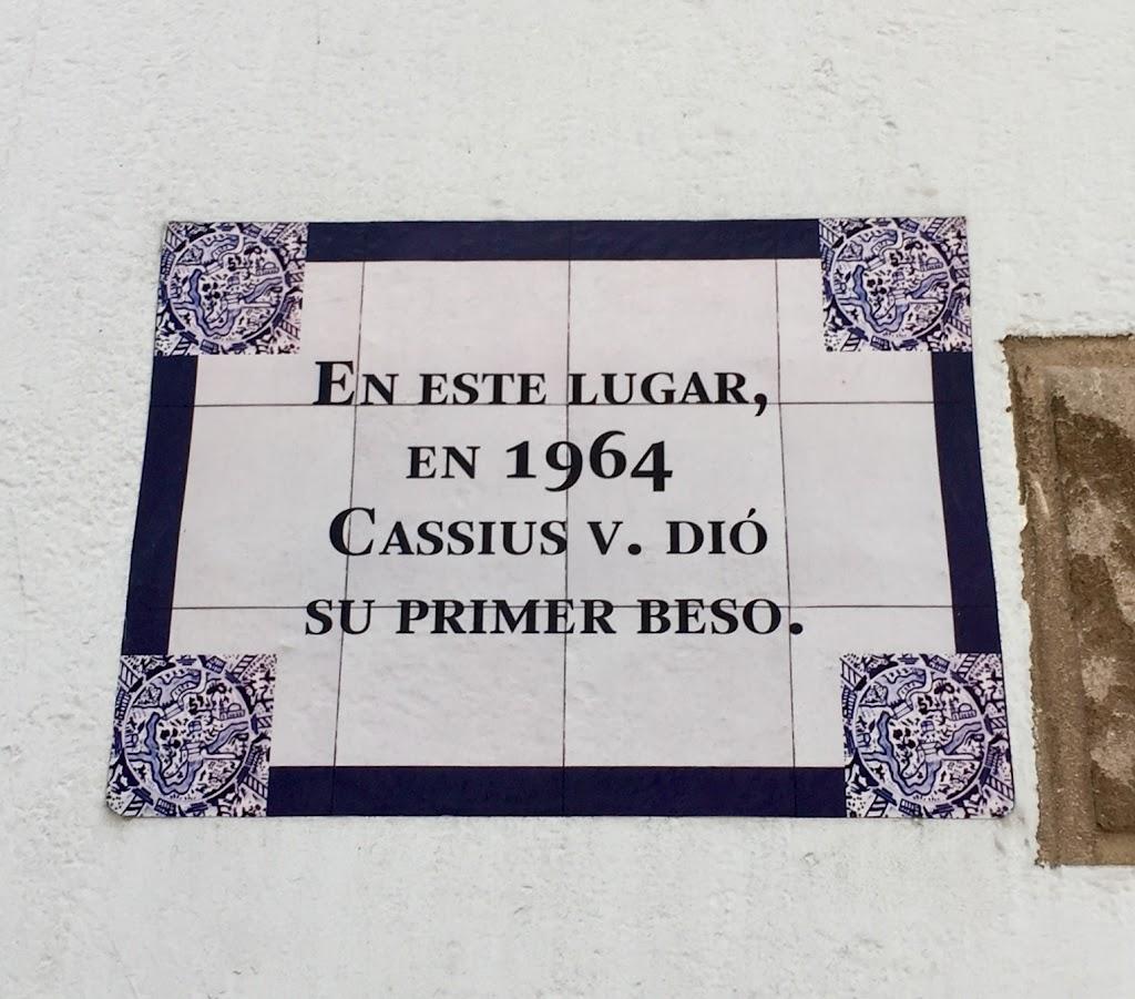 EN ESTE LUGAR, EN 1964 CASSIUS V. DIO SU PRIMER BESO.