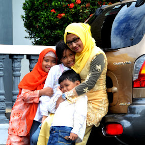 kakak yang selalu menjagaku. by Daenk Andi - People Family ( keluarga, kemesraan, lelaki, kakak, anak anak, perempuan, senyum, wanita )