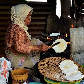 Jualan Kecil-kecilan (Makanan Tradisional Suku Mandar di Sulawesi Barat) by Hendra Edi Saputra - Novices Only Portraits & People