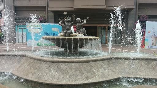 噴水池上吹喇叭