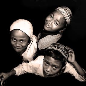 Tiga Sahabat by Aditya Nugraha - Babies & Children Children Candids ( orpahn, frienship, children )