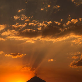 Volcano and sunset by Cristobal Garciaferro Rubio - Landscapes Sunsets & Sunrises ( clouds, volcano, sunset, popocatepetl, sunrays, sunrise, pwcsunbeams )