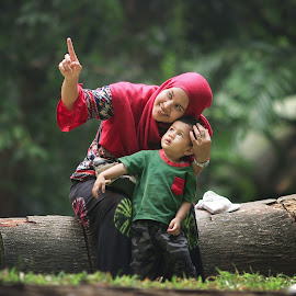 Mom and child by Rahmat  Fiqih - People Family ( child, family potrait, childhood, mom )