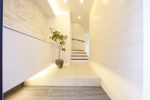 玄関には大容量のシューズボックスと傘たてが造作されており、すっきりした広々スペースに。