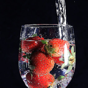 strawberry in glass by Ismed  Hasibuan  - Food & Drink Fruits & Vegetables ( water, bubble, red, food, fruits, strawberry )