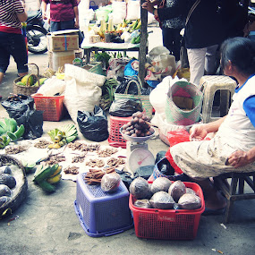 traditional market seller by Luther Lumentah - People Street & Candids ( market, jual, tradisional, sell, woman, lady, candid, traditional, people, seller, women, pasar )