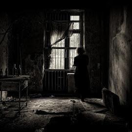 И мается былое в темноте... by Вадим Голосницкий - Black & White Portraits & People ( воспоминания, темнота, запустенье, дом, мысли, женщина, комната )