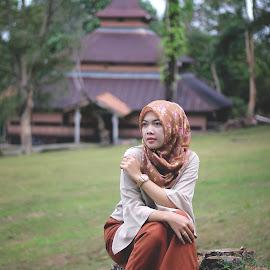 Looking .... by Shidik Saragih - People Fashion ( fashion, indonesia, hijab, women, photography, asian )