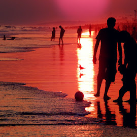 A sunset that defines happiness! by Debarpan Naha - People Street & Candids ( child, parents, puri, sunset, reddish, sea, india, memory, golden )
