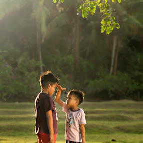 measuring by Chegu Diman - Babies & Children Children Candids ( kids in the summer, diman, chegu diman, interest, chegu, human )