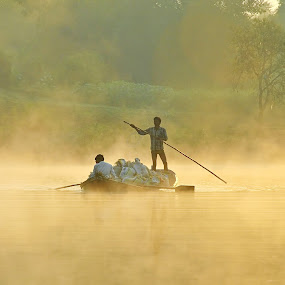 ::...fOGGY mORNING...:: by Avinash Lodhi - People Street & Candids ( fog, avi, morning, boat, people )