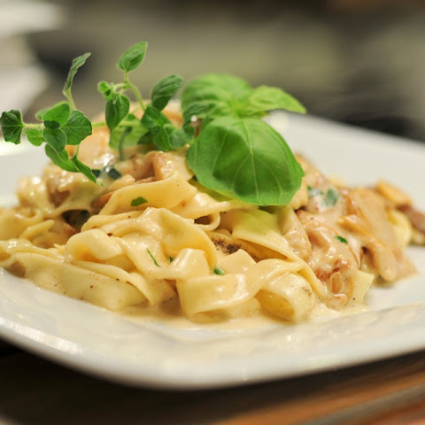 Alfredo Fettuccine With Basil And Mushrooms
