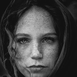 Soul by Fernanda Magalhaes - Black & White Portraits & People ( black and white, retrato, beauty, freckles, close up, portrait )