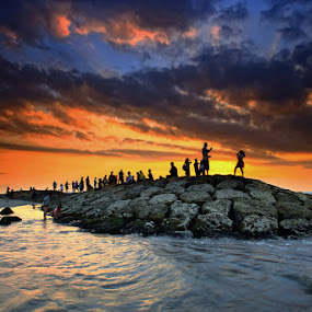 Kuta Beach Sunset by Linggar Saputra I Wayan - Landscapes Sunsets & Sunrises ( legian, kuta, bali, indonesia, sunset, sunrise, beach )