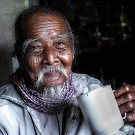 The smile of old man 100 years old by Sơn Hải - People Portraits of Men ( happy, drink, asia, mood, vietnamese, vietnam, old man, smile, elderly, people, portrait, asian )