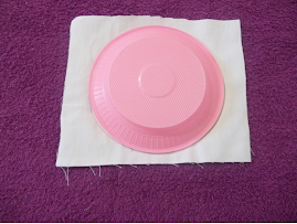 Passo 1: Com o prato sobre o tecido desenhe um circulo e recorte.