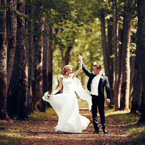 Dance in the forest by Donatas Zasciurinskas - Wedding Bride & Groom ( wedding, bride, dance, groom )