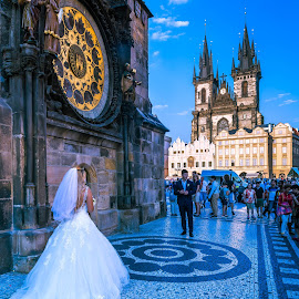 Marriage photos in front of Astronomic Clock by Arif Sarıyıldız - People Couples ( marriage photos, old town square, astronomic clock, prague, travel photography )