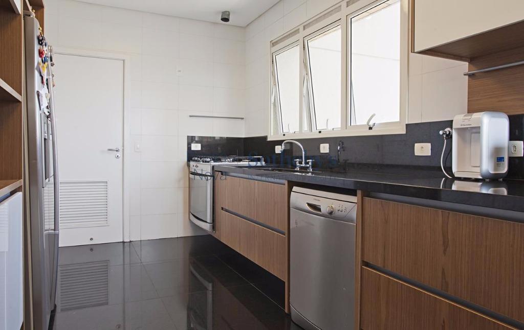 Apartamento com pé direito duplo e com todo o Parque do Ibiraquera a seus pés.