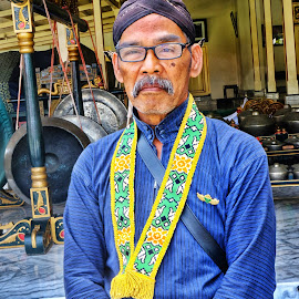 Abdi Dalem by Daril Sugito - People Portraits of Men