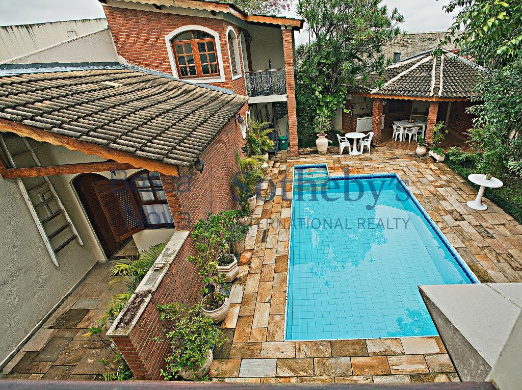 Uma casa muito agradável, localizada próxima a uma praça e as melhores escolas do bairro.
