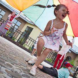 Танцуй, пока молодой by Oleg M Kulishov - Babies & Children Child Portraits ( эмоции, дети )